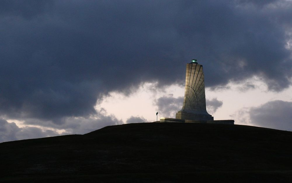 1280px-Wright_Brothers_Memorial-27527-2.jpg