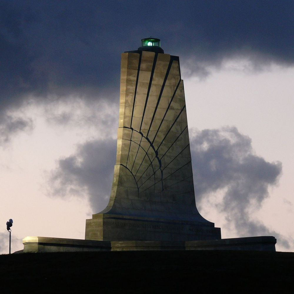 1200px-Wright_Brothers_Memorial-27527-1.jpg