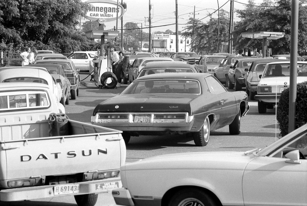 1280px-Line_at_a_gas_station,_June_15,_1979.jpg