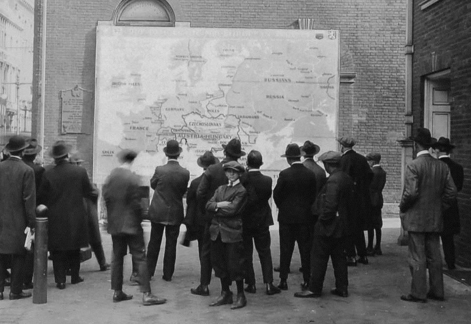 1918. Люди розглядають нову карту Європи, вивішену на Independence Hall.jpg