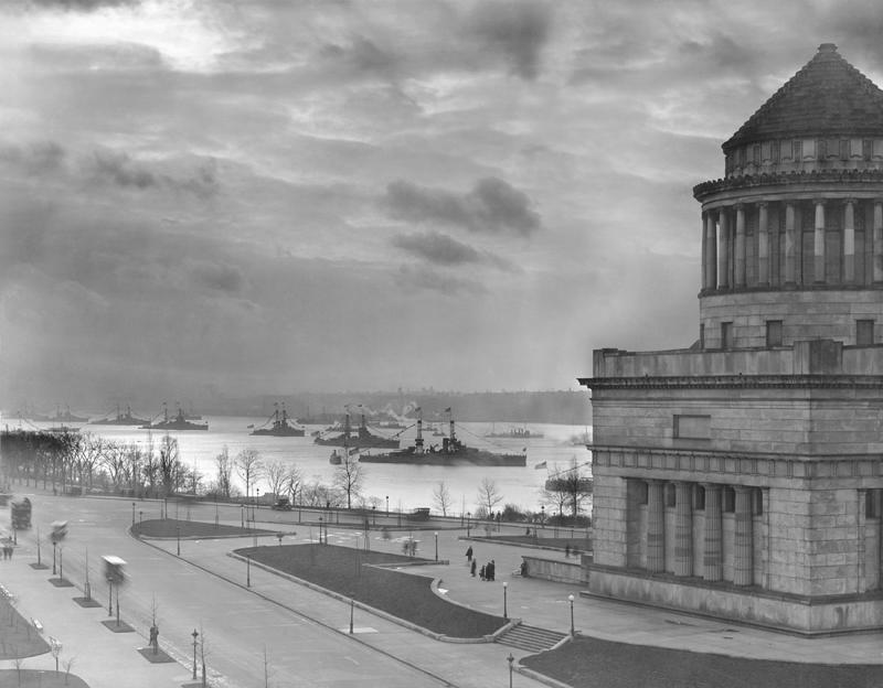 1919. A fleet of U.S. Navy Battleships sail past Grant's Tomb in Manhattan during Great War.JPG