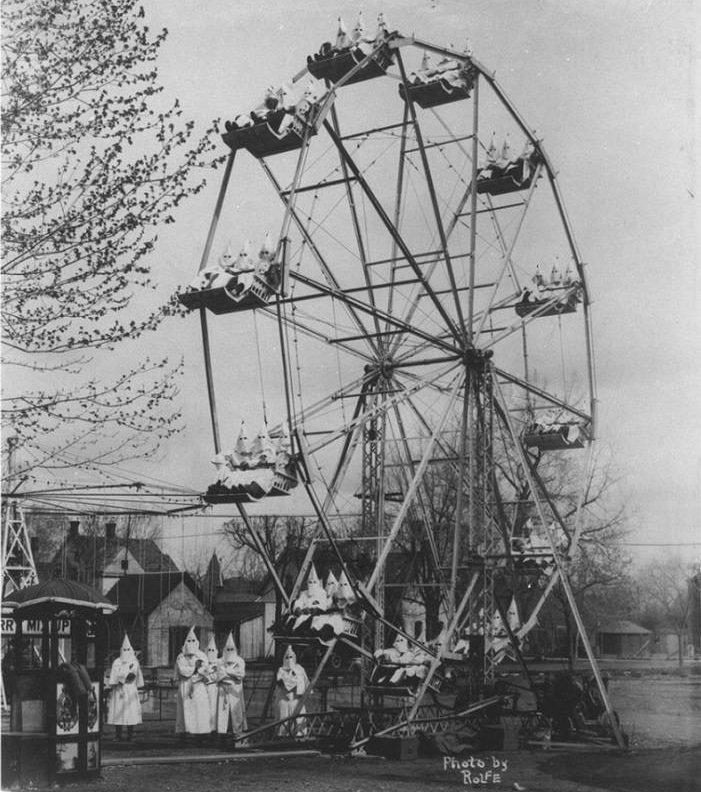 1925. Члены Ку-клукс-клана на колесе обозрения.jpg