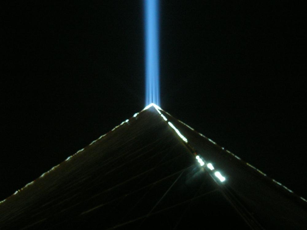 2006. The light of the Luxor hotel in Vegas Nevada (23 December).jpg