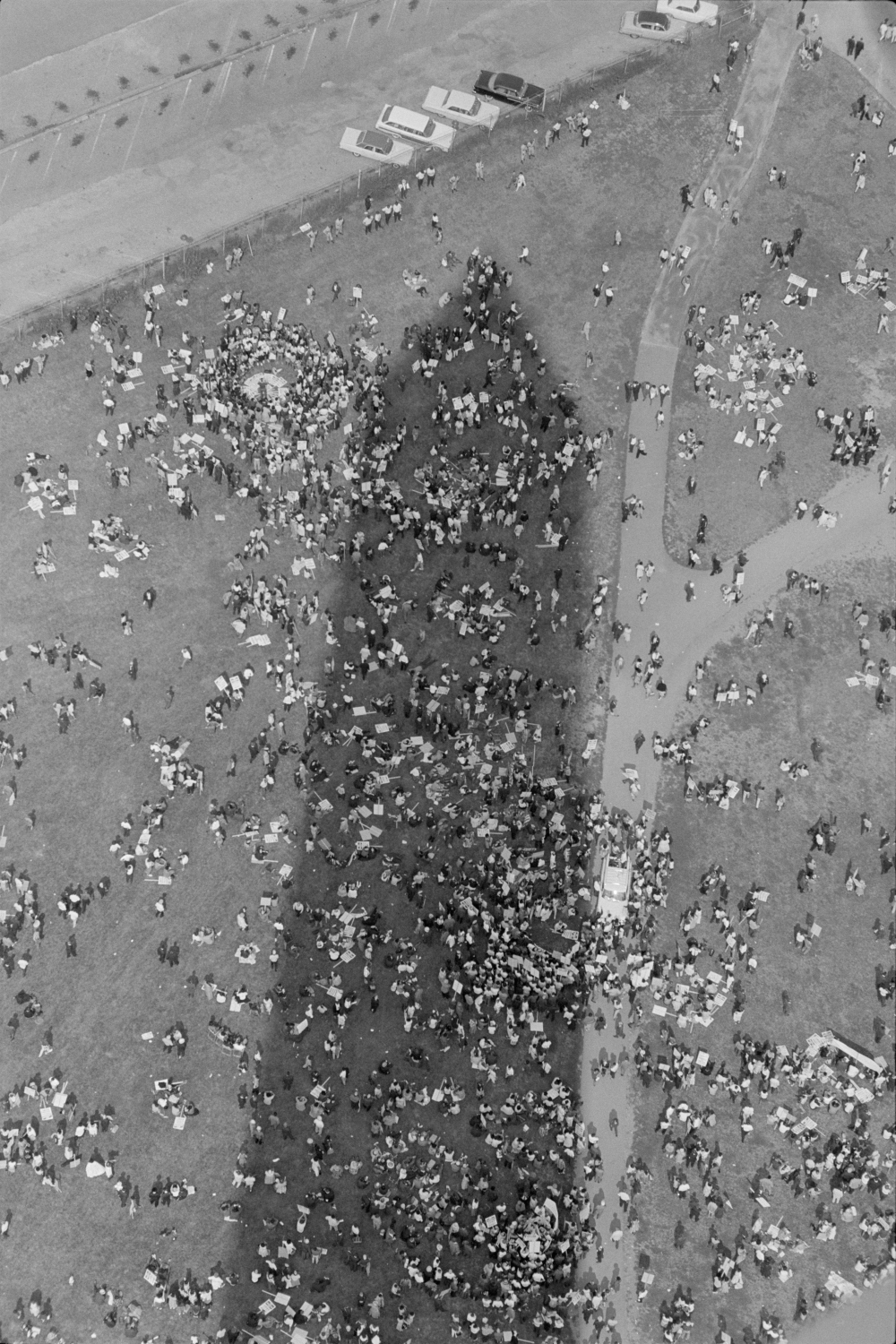 Aerial_view_of_marchers_in_the_shadow_of_the_Washington_Monument.jpg