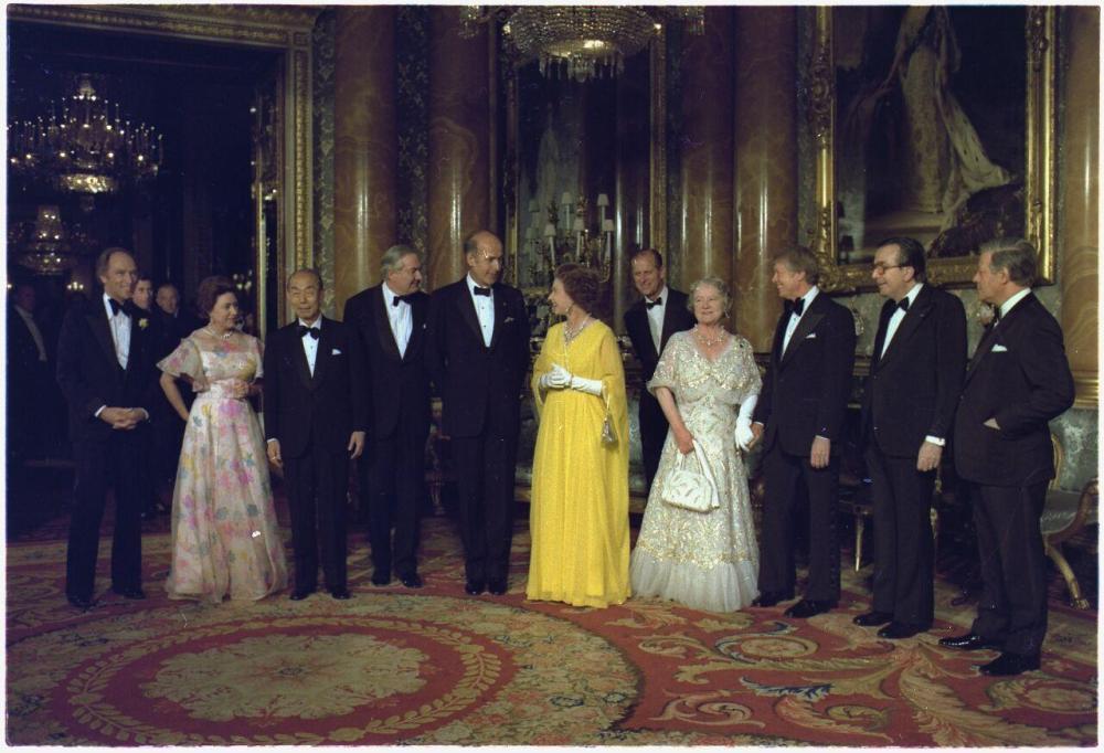 Єлизавета II зі своїми родичами та керівниками країн Великої Сімки під час святкування Срібного Ювілею правління. 1977.jpg