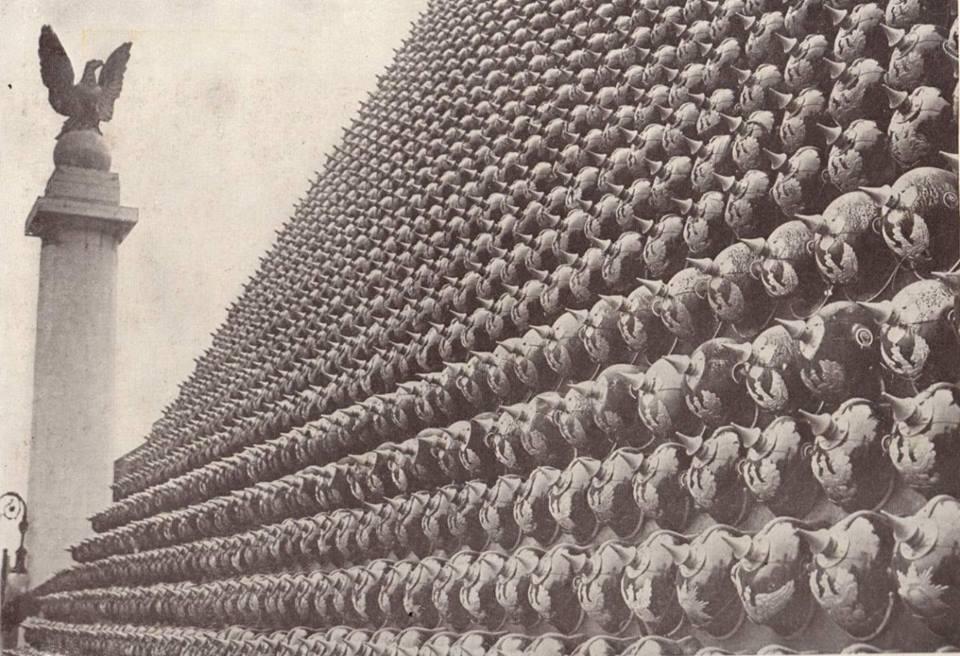 Гігантська піраміда з німецьких шоломів Нью-Йорк 1918 2.jpg