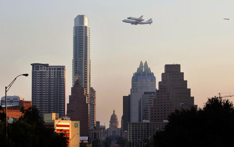 Индевор пролетает над Остином, штат Техас.jpg