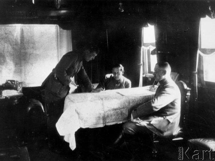 Петлюра за картою. Тернопіль, весна 1920 р..jpg