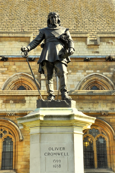 Oliver_Cromwell_statue,_Westminster.jpg