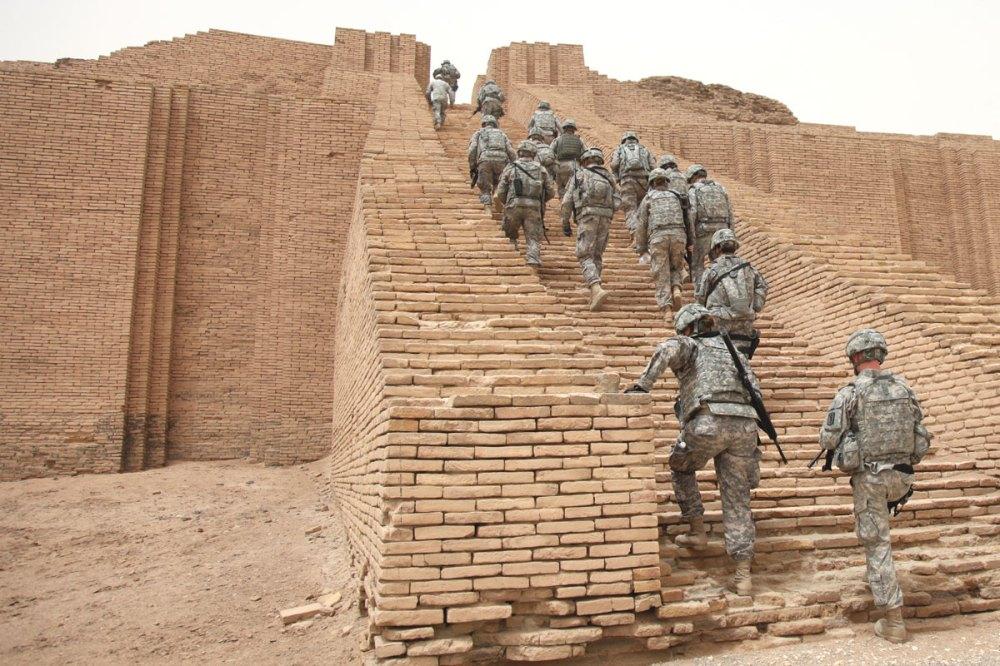 US_Soldiers_climbing_the_Ziggurat_of_Ur.jpg